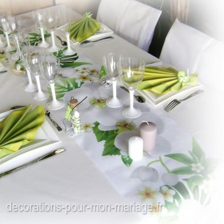 Chemin de table exotique avec pliage serviette feuilles des îles