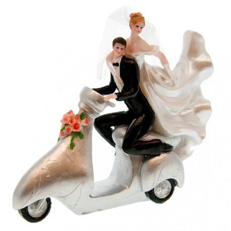 Couple de mariés à scooter
