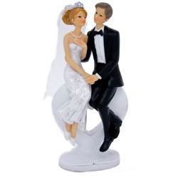 Couple de mariés assis sur coeur