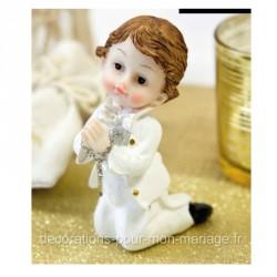 Figurine communiant à genoux