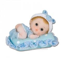 Figurine bébé sur coussin bleu